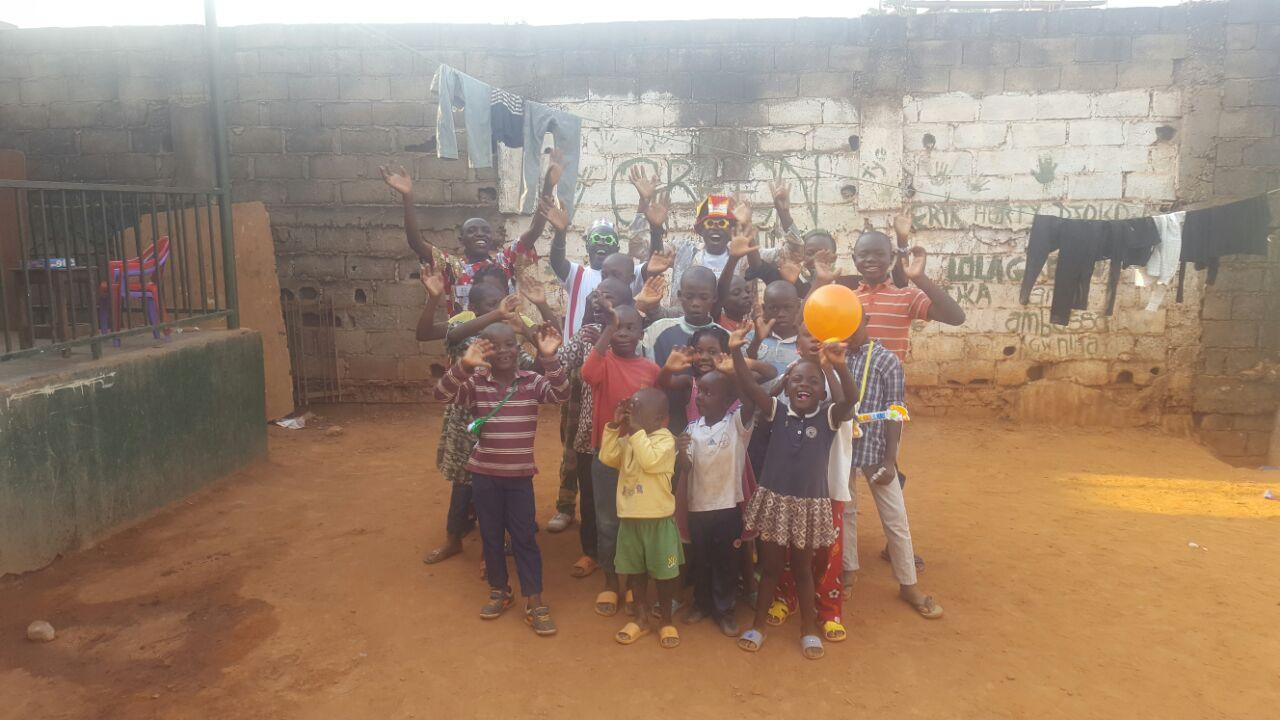 Les comédiens Nanaboco à l'orphelinat AGAPE Yaoundé
